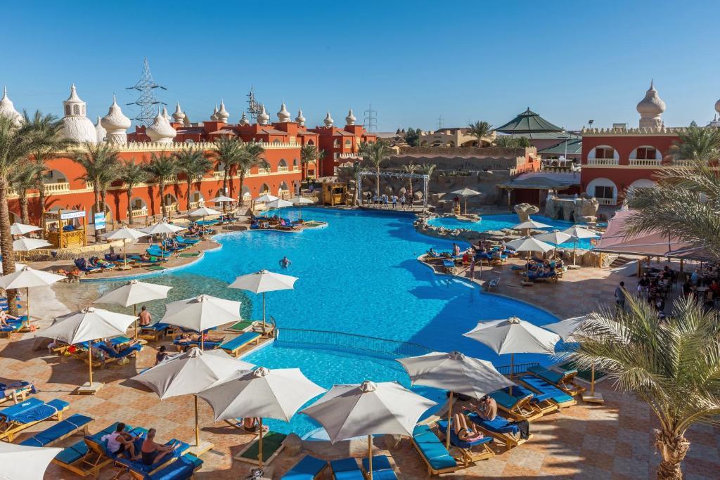 Uitzicht op het zwembad bij Alf Leila Wa Leila Hotel - Families and couples only of in de buurt