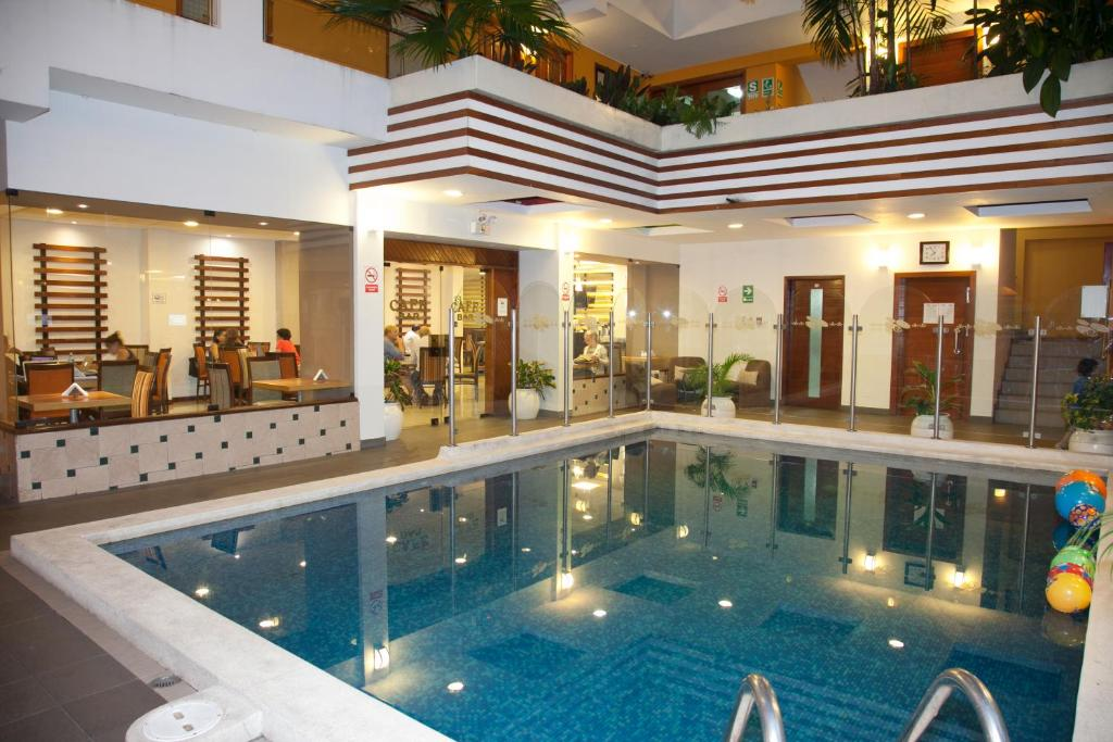 The swimming pool at or close to Victoria Regia Hotel