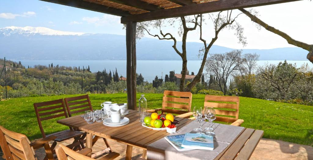 A restaurant or other place to eat at Villa dei Rosmarini