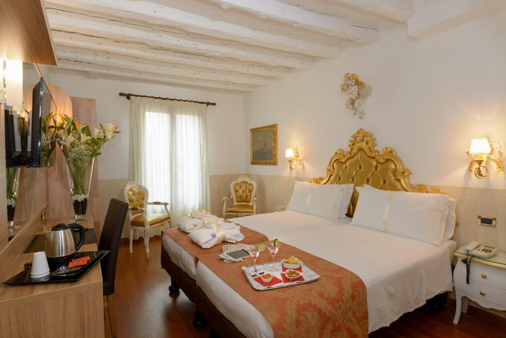 A bed or beds in a room at UNAHOTELS Ala Venezia