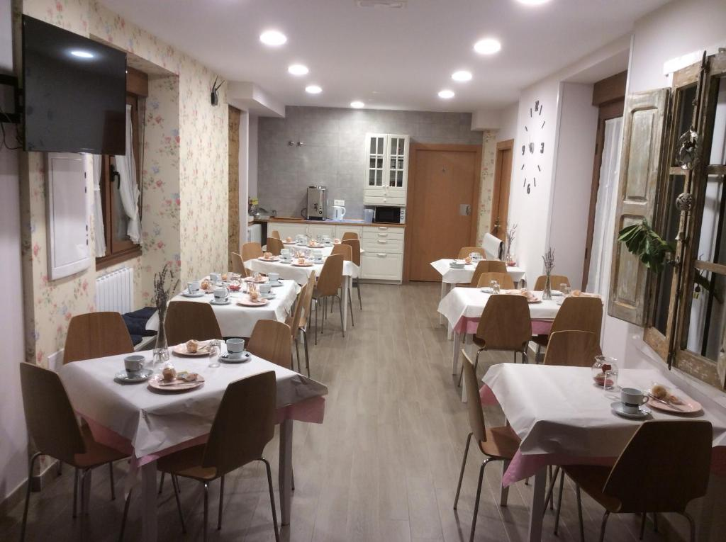 A restaurant or other place to eat at La Casa de los Soportales