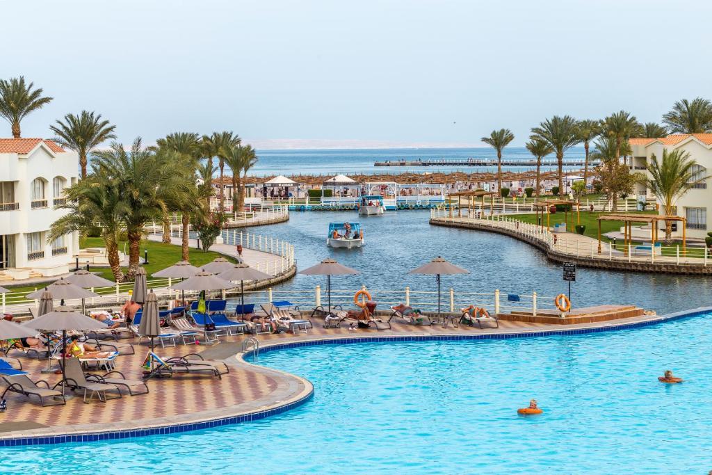 Uitzicht op het zwembad bij Dana Beach Resort - Families and couples only of in de buurt