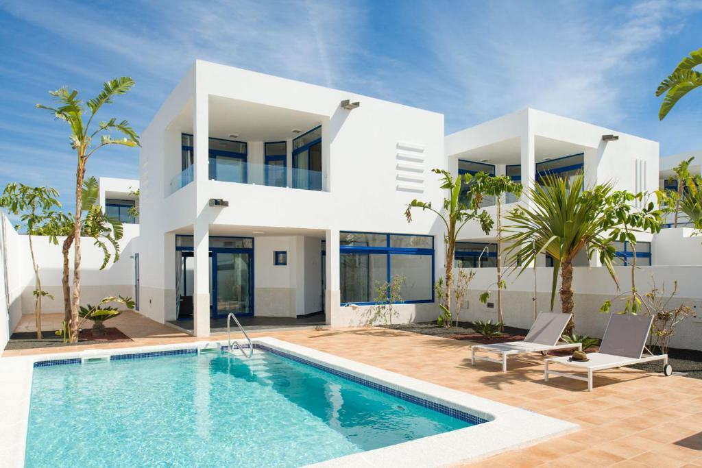The swimming pool at or near Villas de la Marina