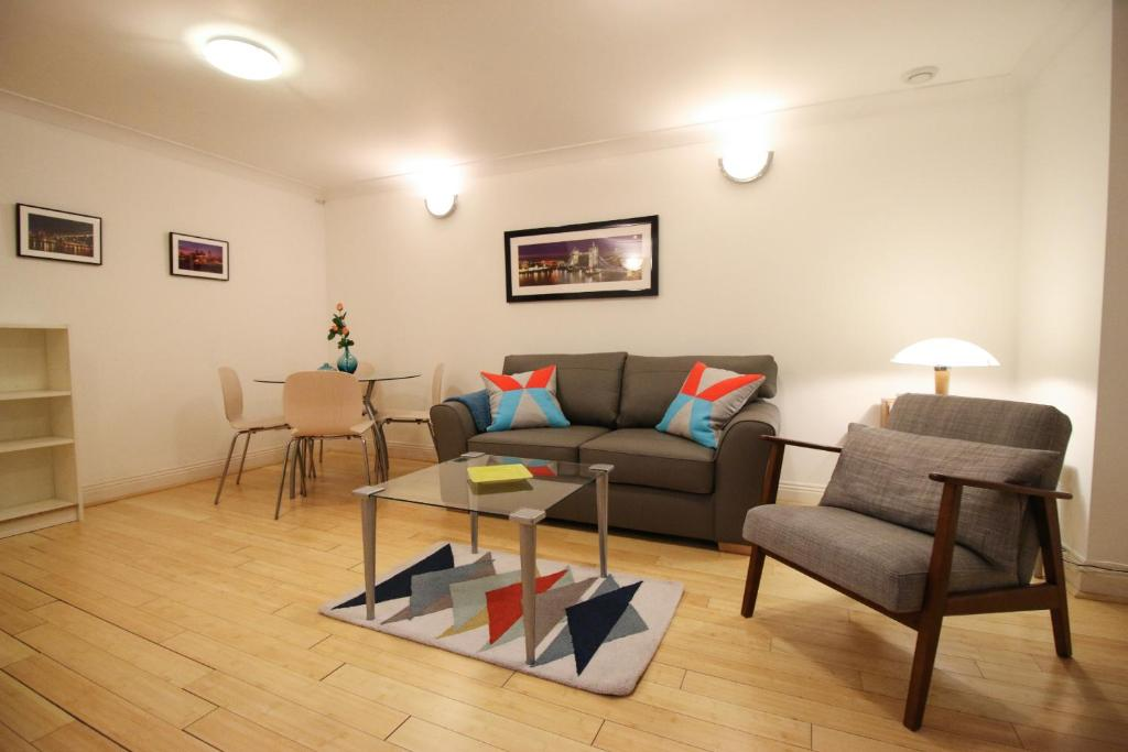 A seating area at Prestige Apartments The City Monument