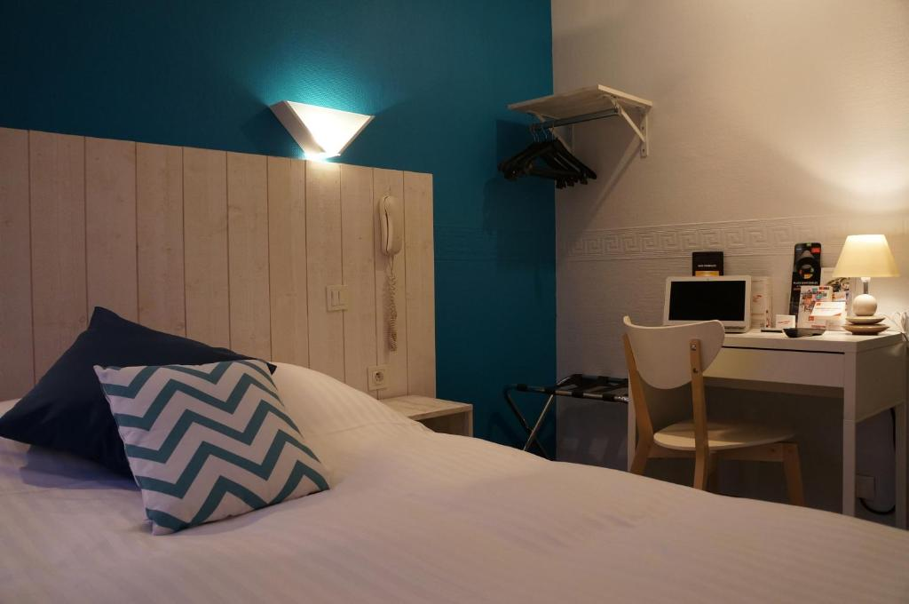A bed or beds in a room at Le Petit Vatel
