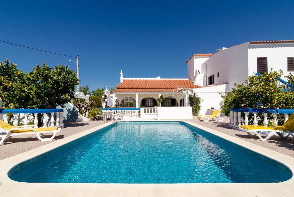 The swimming pool at or near Armação de Pêra Villa Hedwiges