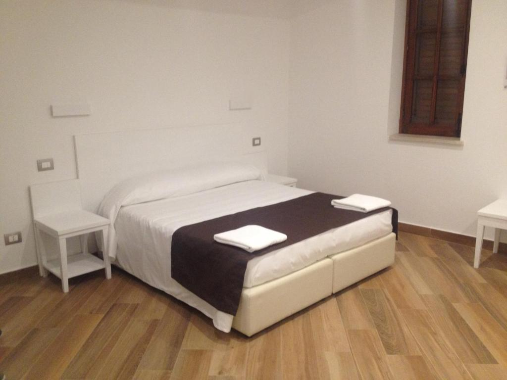 A bed or beds in a room at Hotel Il Pirata