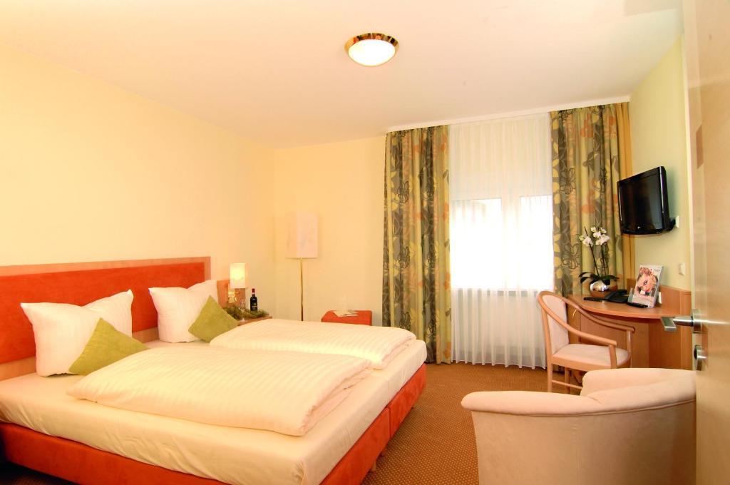 Een bed of bedden in een kamer bij Mosel Hotel Hähn