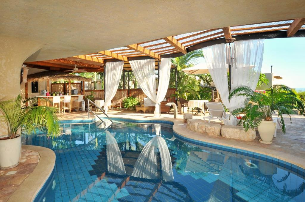 בריכת השחייה שנמצאת ב-כנען וילאג' – מלון בוטיק בצפון או באזור
