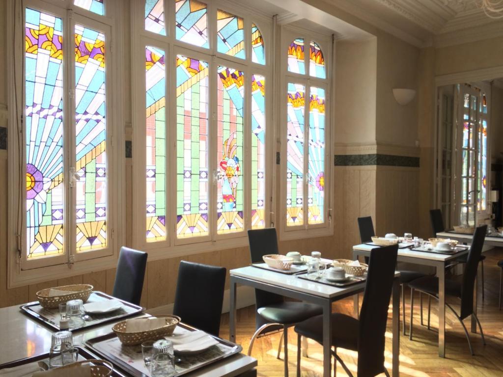 Restaurant ou autre lieu de restauration dans l'établissement Hôtel De Normandie
