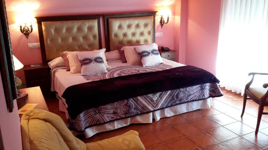 A bed or beds in a room at Hotel Gastronómico El Pescador