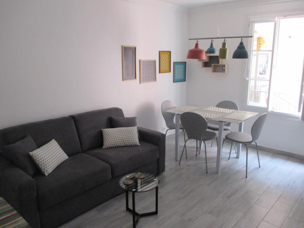 A seating area at Nice Apartment Old Town