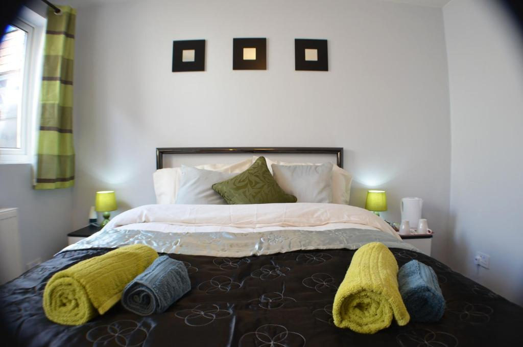 A bed or beds in a room at Birchfields Guest House