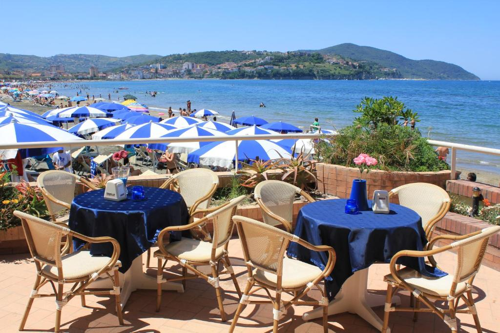 A restaurant or other place to eat at Hotel Residence La Darsena