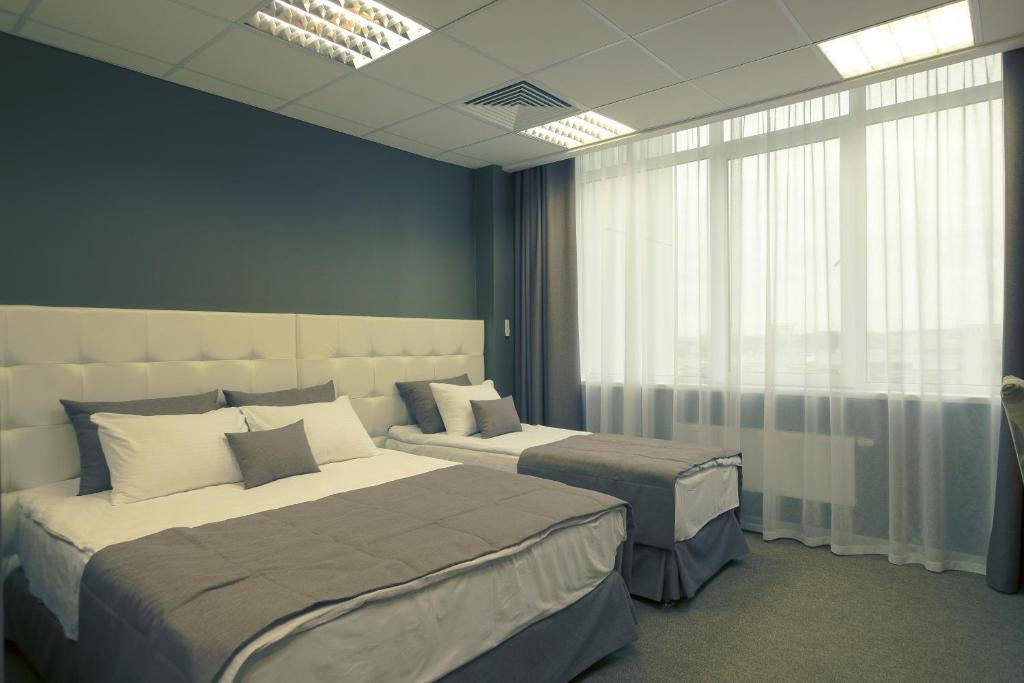 Кровать или кровати в номере Apartment on Alekseyeva, 49 by KrasStalker