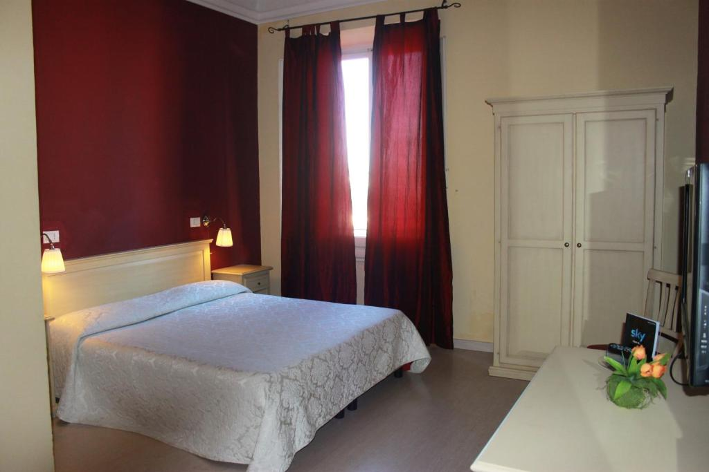 A bed or beds in a room at Hotel Genzianella