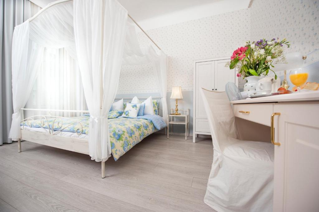 A bed or beds in a room at Boutique Hotel Kugel Wien