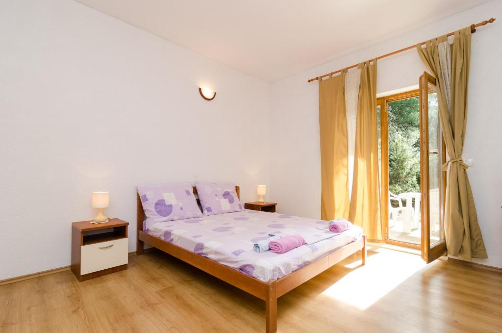 A bed or beds in a room at Apartments Limuni