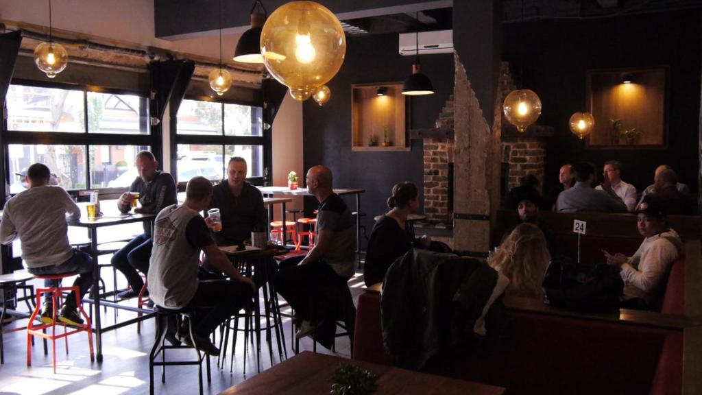 A restaurant or other place to eat at Pint On Punt Backpackers