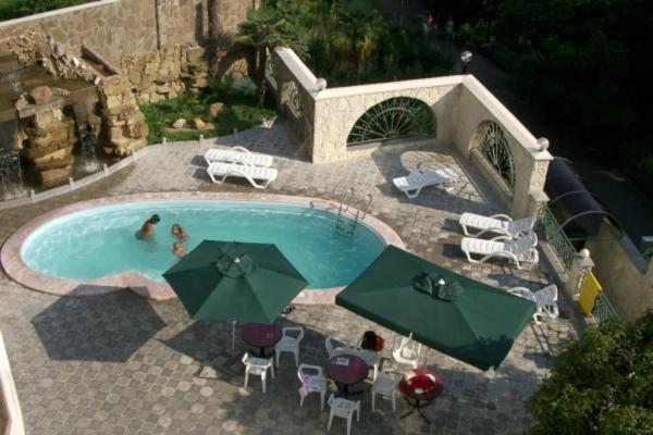 Вид на бассейн в Отель «Золотая Пальма» или окрестностях