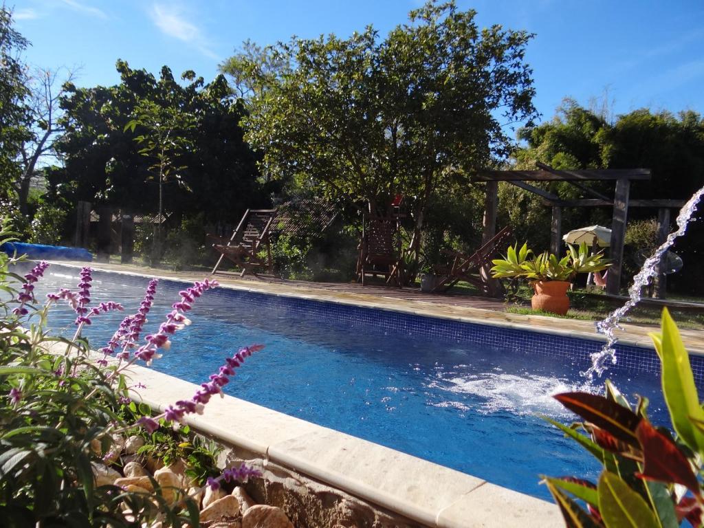 A piscina localizada em pousada canto da lua ou nos arredores