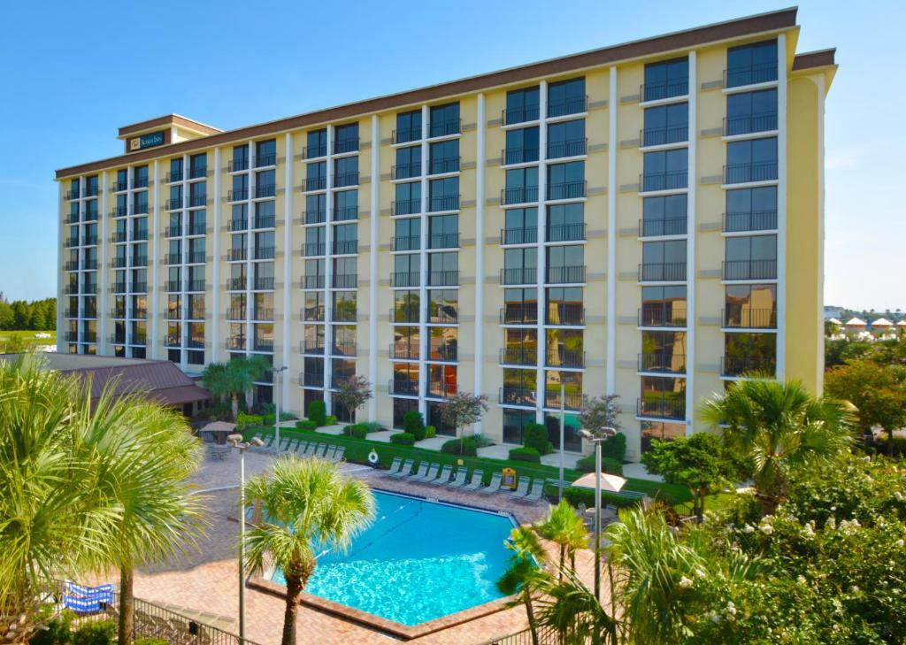 A view of the pool at Rosen Inn Closest to Universal or nearby