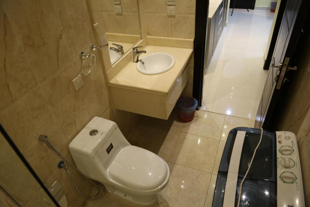Um banheiro em Dar Hashim Hotel Suites - Al Sahafa