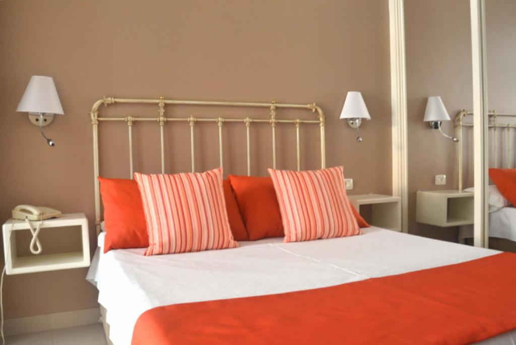 A bed or beds in a room at Hotel RF Astoria - Adults Only