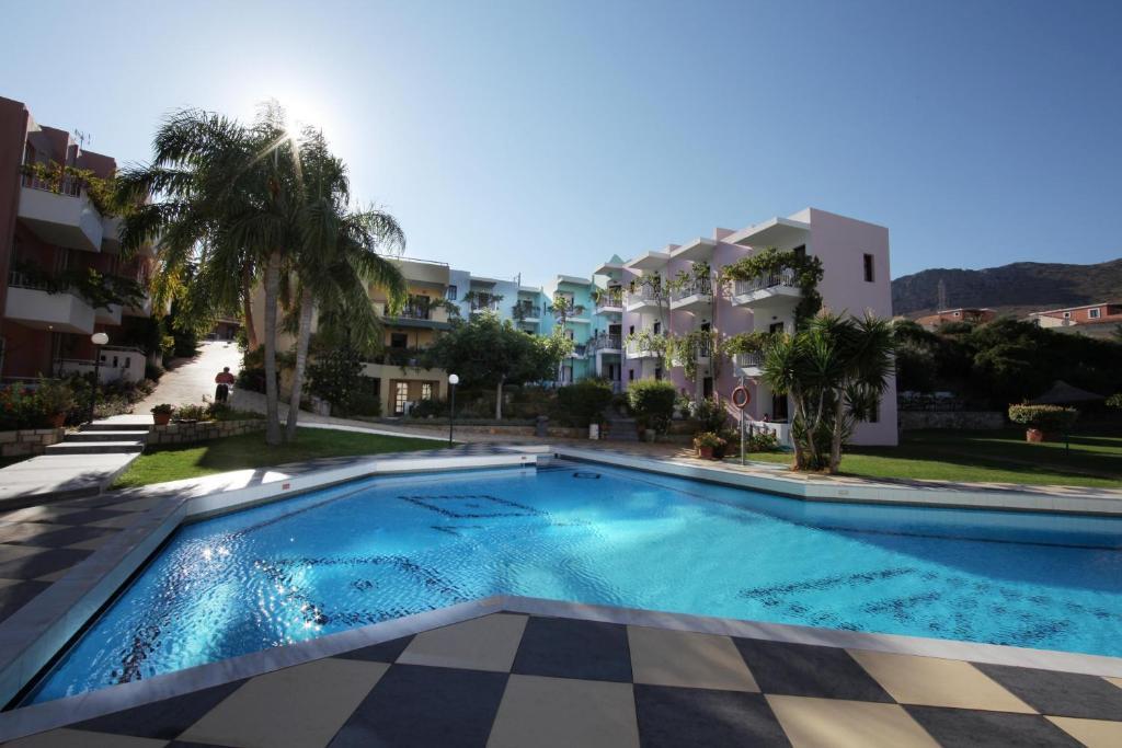 Het zwembad bij of vlak bij Bellos Hotel Apartments