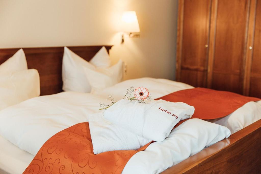 Ein Bett oder Betten in einem Zimmer der Unterkunft Hotel Reindl Suiten & Appartments