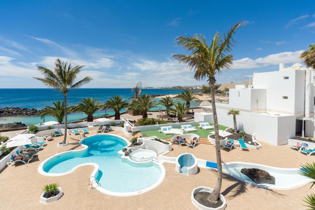 Uitzicht op het zwembad bij Neptuno Suites - Adults Only of in de buurt