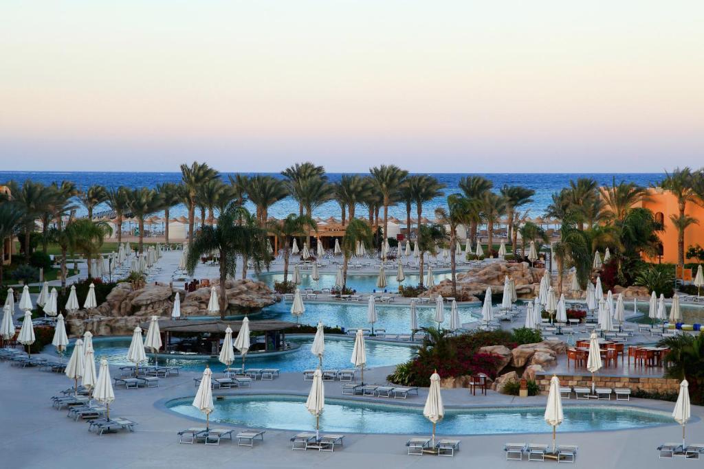 Der Swimmingpool an oder in der Nähe von Stella Di Mare Beach Resort & Spa
