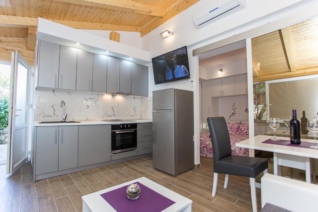 A kitchen or kitchenette at Apartmani Marta