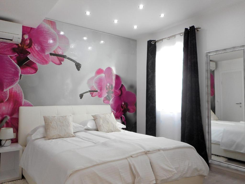 A bed or beds in a room at Familia City Center Apartments