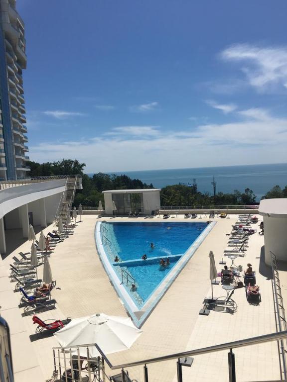 Вид на бассейн в Apartment Ideal House или окрестностях