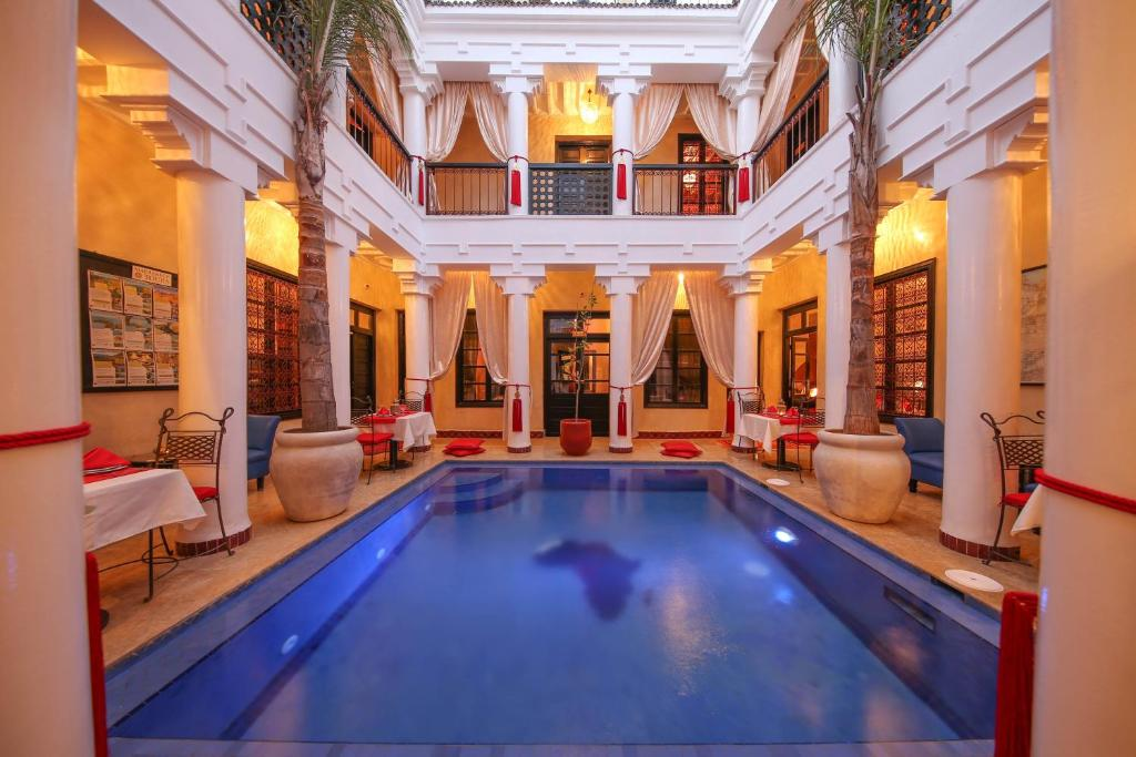 Der Swimmingpool an oder in der Nähe von Riad Africa