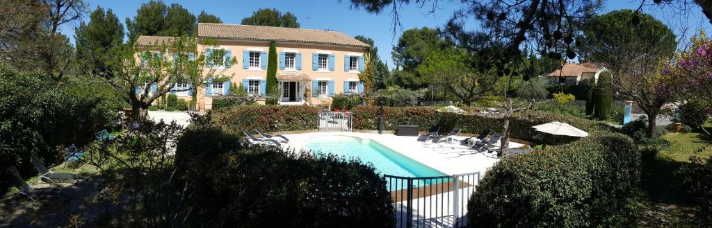 Vue sur la piscine de l'établissement Canto Cigalo ou sur une piscine à proximité