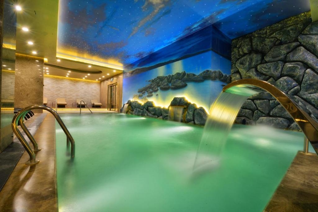 المسبح في فندق ماريغولد ثيرمال آند سبا بورصة أو بالجوار