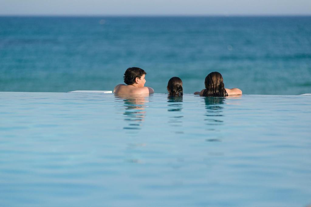 Het zwembad bij of vlak bij The Sindbad