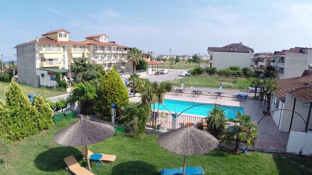 Ein Blick auf den Pool von der Unterkunft Hotel Jason oder aus der Nähe