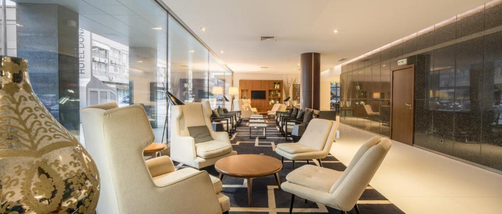 The lounge or bar area at Hotel Dona Ines Coimbra & Congress Center