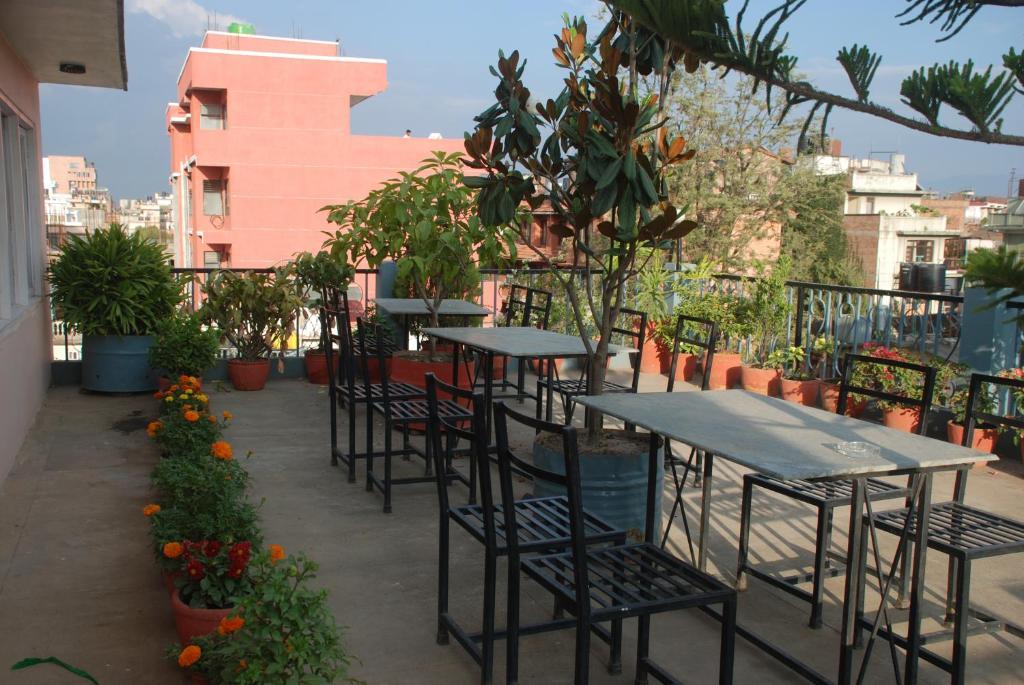 Un restaurante o sitio para comer en Kathmandu Madhuban Guest House