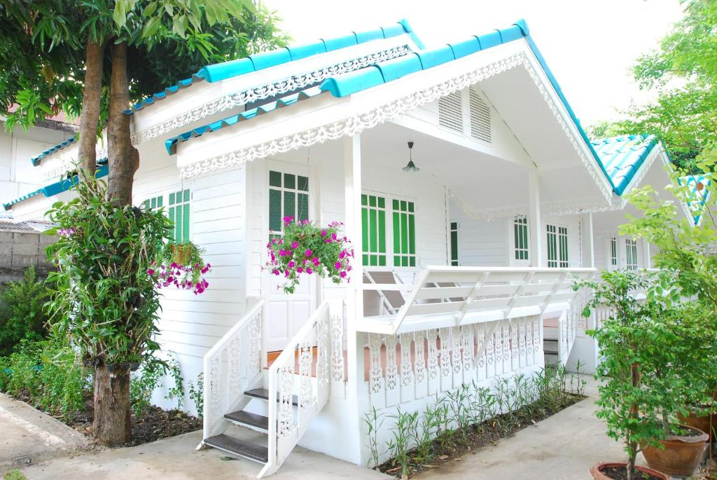 A porch or other outdoor area at Baan Luang Harn