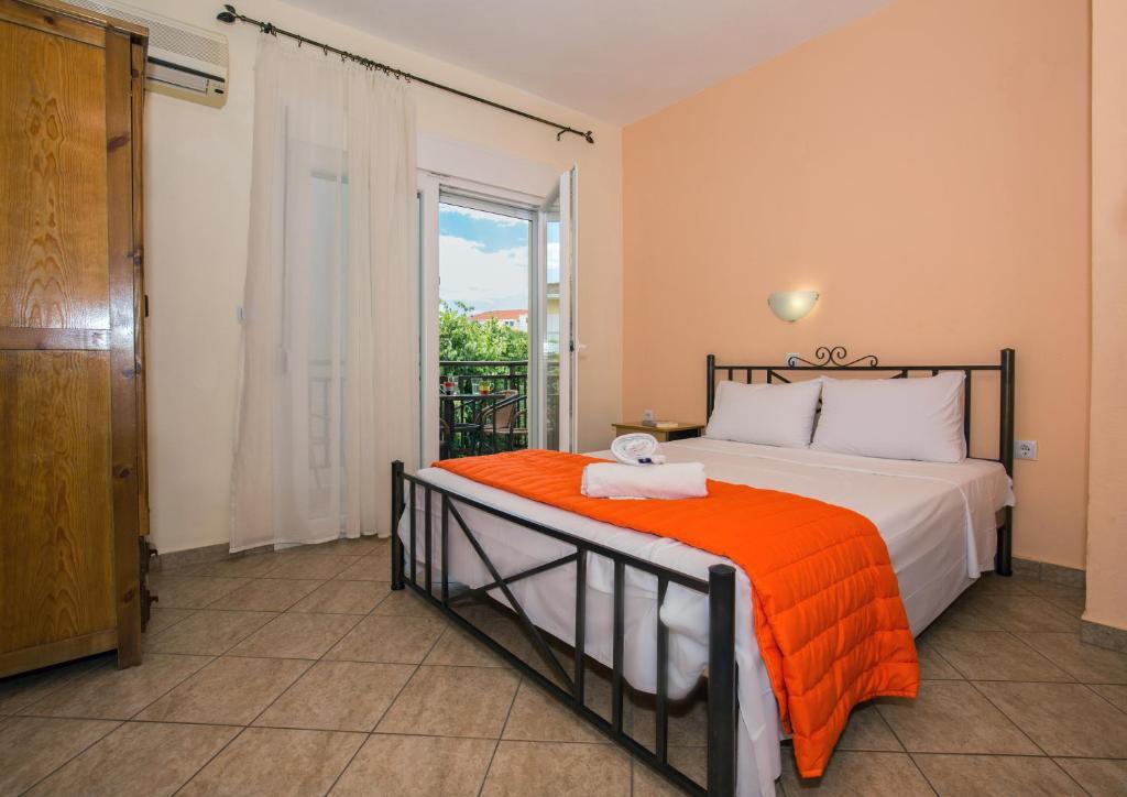 Кровать или кровати в номере Studios Lampiris
