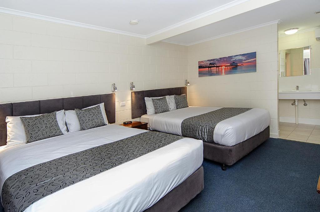 A bed or beds in a room at Victor Harbor City Inn