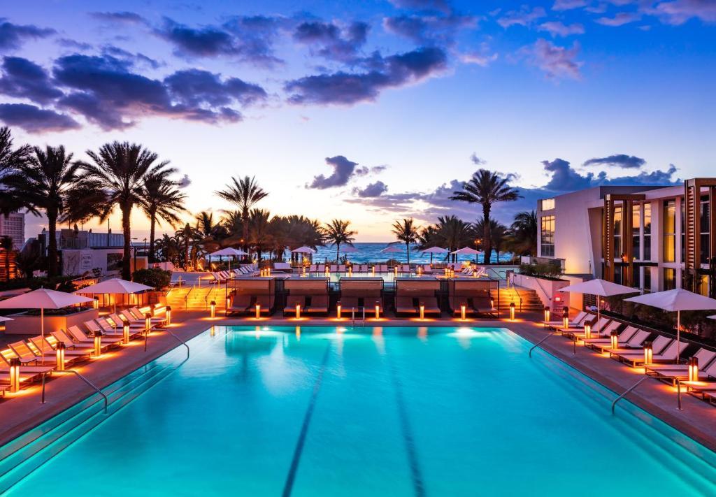 Het zwembad bij of vlak bij Eden Roc Miami Beach