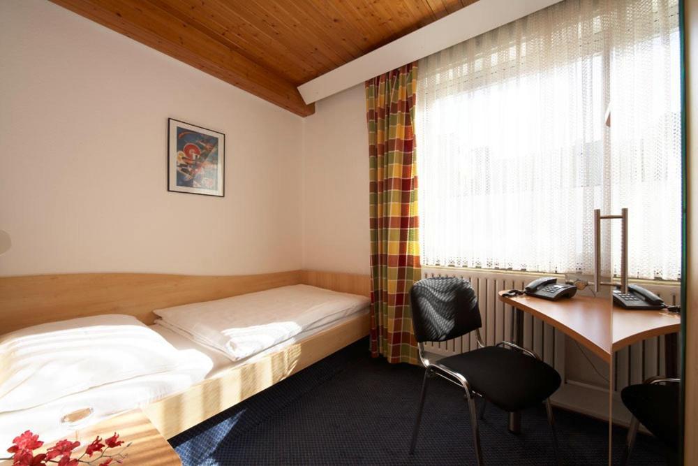 A bed or beds in a room at Hotel Erbprinzenhof