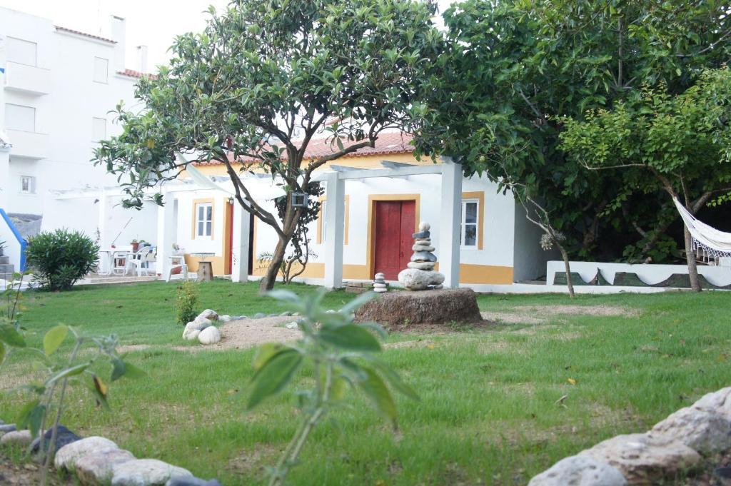 A garden outside Olive3 Ericeira Hostel