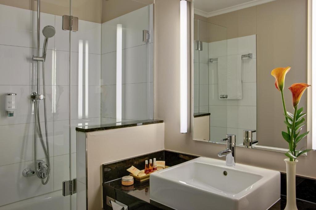 A bathroom at Steigenberger Dortmund