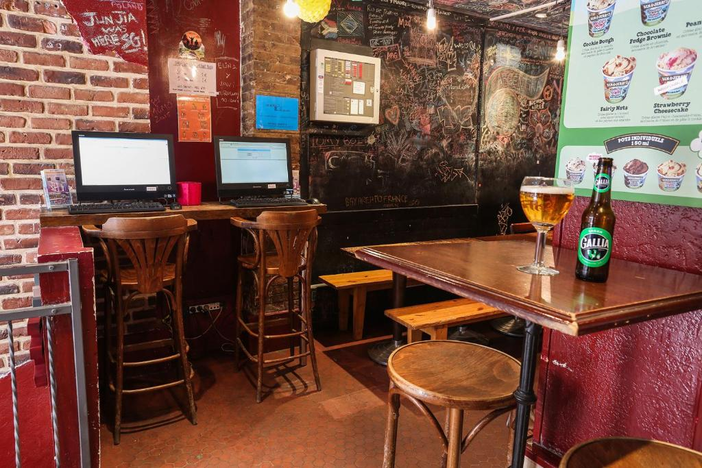 The lounge or bar area at Young and Happy Latin Quarter by Hiphophostels